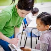 Enfant et médiatrice pendant un atelier