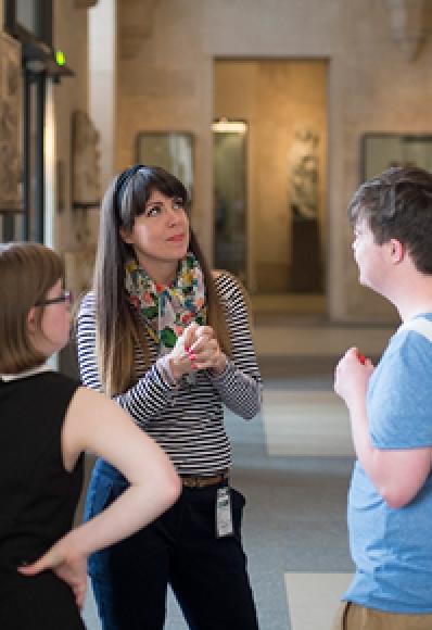 Personnes discutant au sein du musée