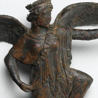 La déesse de la Victoire (Niké) en course agenouillée
