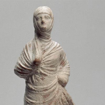 Femme drapée, voilée, en marche