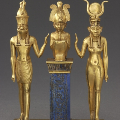 Pendentif au nom du roi Osorkon II : la famille du dieu Osiris